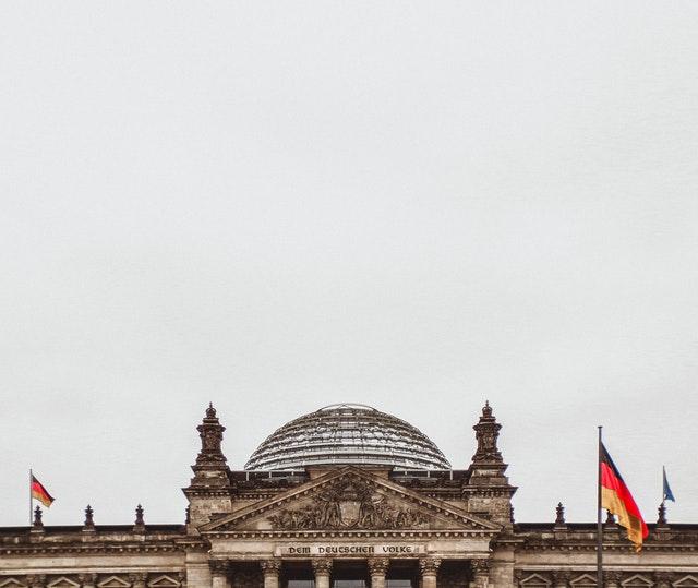 AfD prowadzi w sondażach na wschodzie Niemiec, CDU/CSU na zachodzie